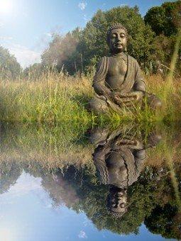 Buddha Meditation mit Wasserspiegelung